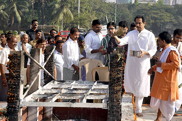 Uddhav performs rituals at Shivaji Park, a day after the funeral