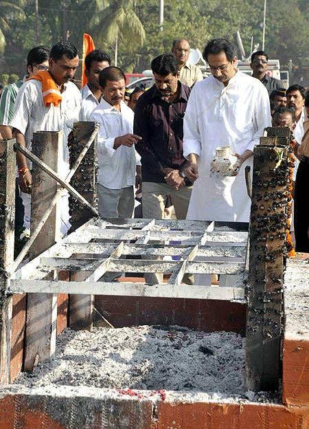 Uddhav collects ashes in an urn at Shivaji Park
