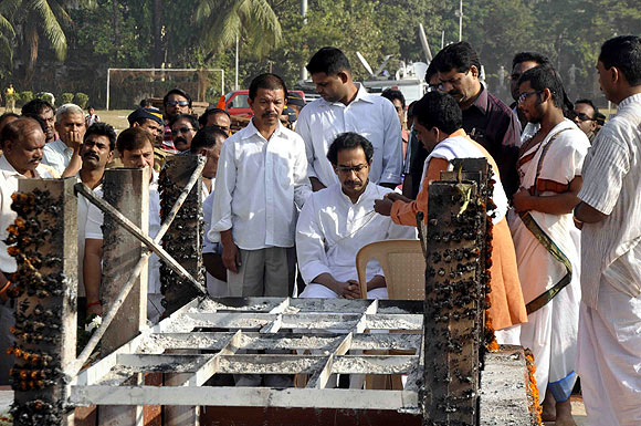 Uddhav performs ritual, a day after Bal Thackeray's funerals