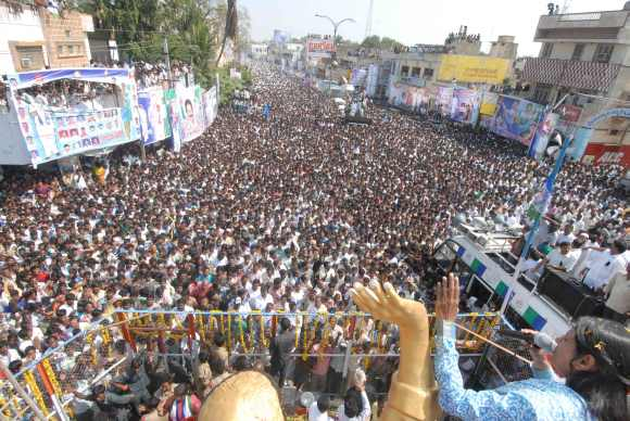 Sharmila addresses a massive gathering at Kurnool