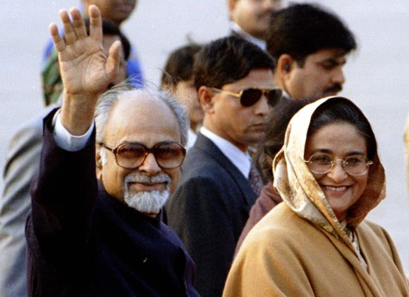Gujral with Bangaldesh Prime Minister Sheikh Hasina at the Dhaka airport in January, 1998