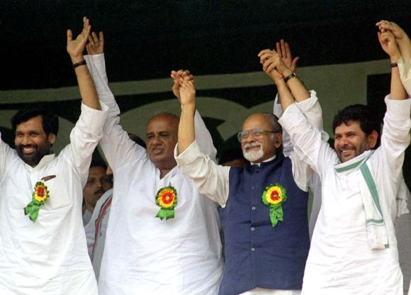 Gujral with Janata Dal chief Sharad Yadav, former PM Deve Gowda and former Union minister Ramvilas Paswan at a rally in New Delhi