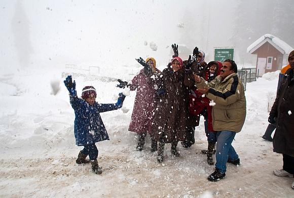 Ttourists enjoy their first heavy snowfall at Gulmarg
