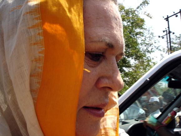 Sonia takes on Modi on irrigation delays