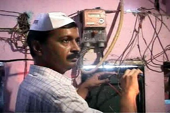 Kejriwal restores the electricity connection of a resident of Tigri Colony (Khanpur) in New Delhi