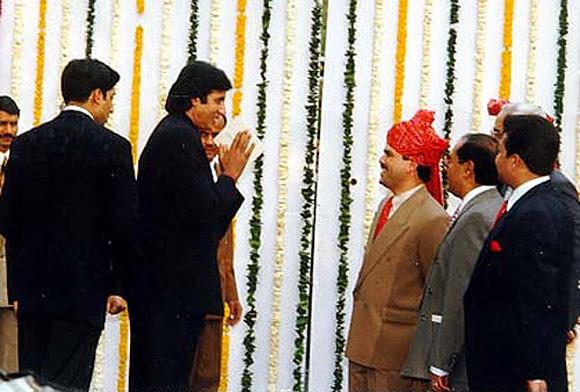 Amitabh Bachchan greets guests