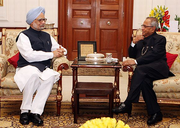 PM, Sonia's visit to Rashtrapati Bhawan sparks speculation