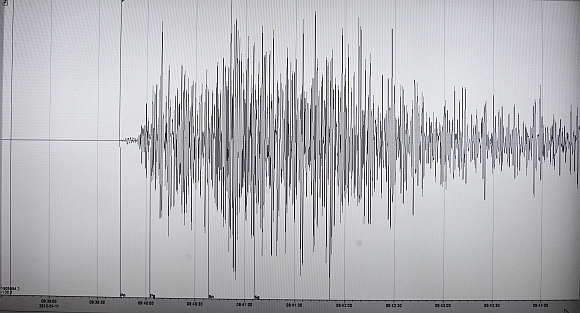 A screen shows the seismogram of an earthquake