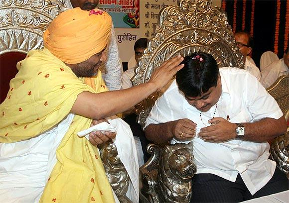 Brahmashree Gurvanand Maharaj blesses Gadkari.