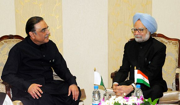 Prime Minister Manmohan Singh speaks to Pakistan President Zardari on the sidelines of NAM summit in Tehran