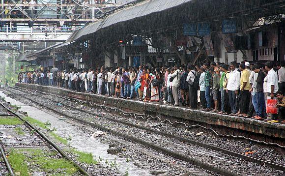 Heavy rains lash Mumbai suburbs
