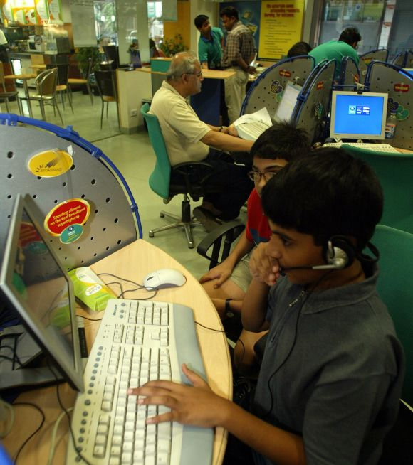 A high-speed broadband Internet caf  in Kolkata