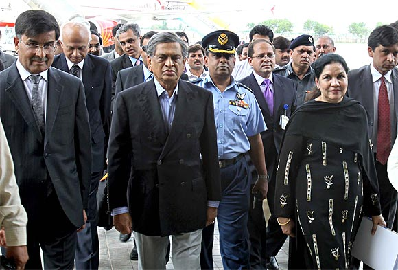 SM Krishna is received by Zehra Akbari (right), director general, South Aisa, Pakistan foreign office upon his arrival at Islamabad as Foreign Secretary Ranjan Mathai and India's High Commissioner Sharat Shabarwal look on