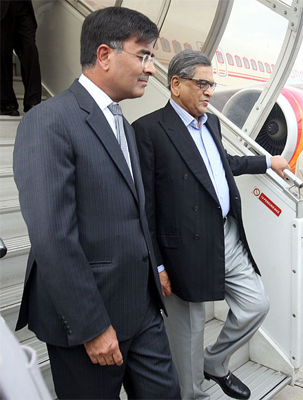 India's high commissioner fo Pakistan, Sharat Sabharwal (left), escorts Foreign Minister SM Krishna out of the aircraft in Islamabad last week
