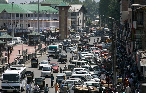 Vehicles ply normally on Srinagar roads