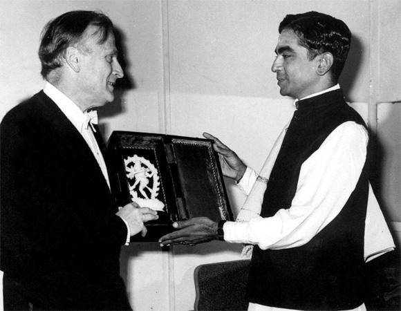 A file photograph of Lalgudi Jayaraman presenting a memento to Yehudi Menuhin