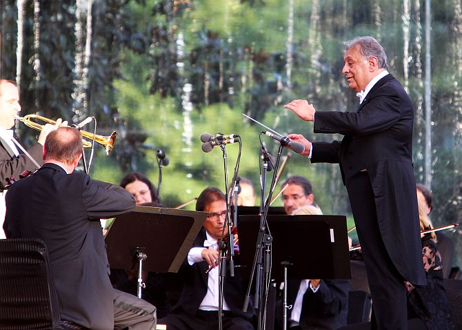 Maestro Zubin Mehta enthralling the audience at Srinagar's Shalimar Bagh on Saturday evening