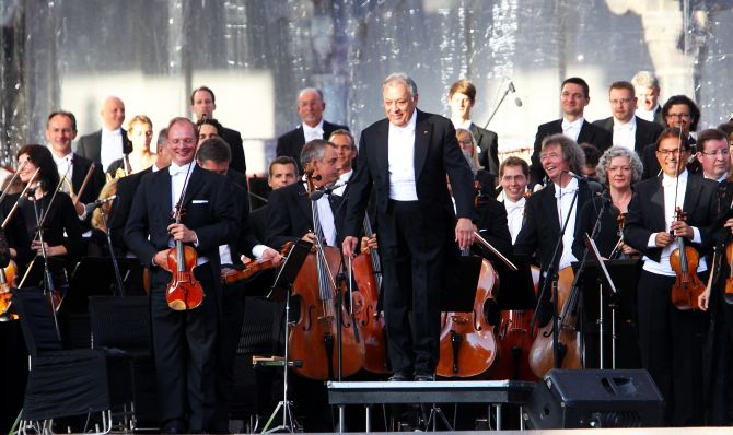 Zubin Mehta and his Bavarian State Orchestra bowing to the audience at the picturesque Mughal garden