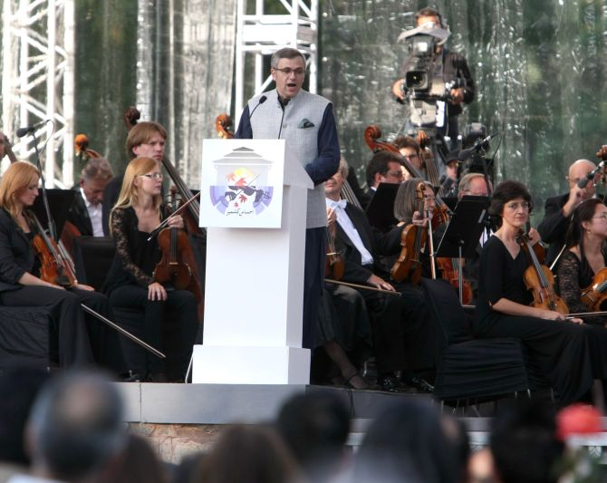 Omar Adullah addressing the audience at the concert