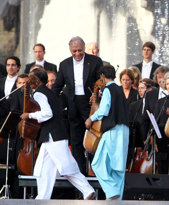 Zubin Mehta greeting Kashmiri artists during the concert