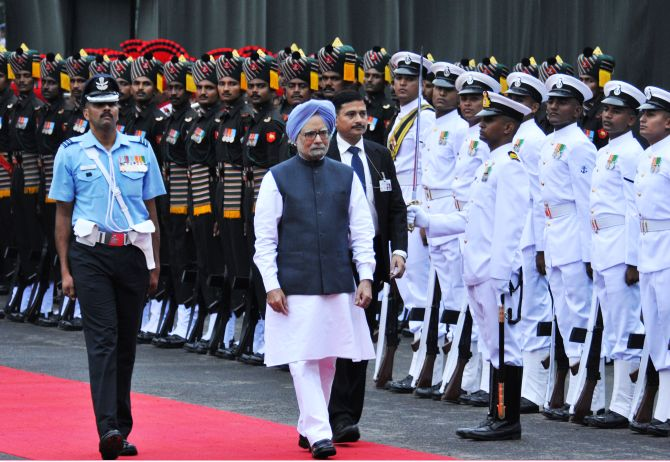 Prime Minister Manmohan Singh inspecting the Guard of Honour at Red Fort