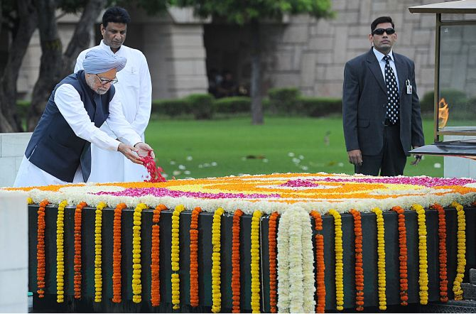 Prime Minister Manmohan Singh paying floral tributes at the samadhi of Mahatma Gandhi at Rajghat on the occasion of the 67th Independence Day.
