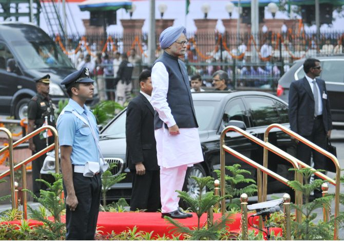 Prime Minister Manmohan Singh at the saluting dias at the Guard of Honour ceremony, at Red Fort, on the occasion of the 67th Independence Day