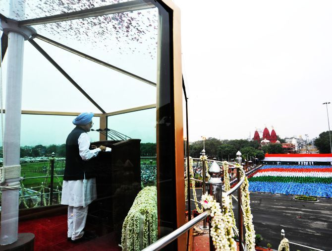 Prime Minister Manmohan Singh addressing the nation on the occasion of 67th Independence Day from the ramparts of Red Fort, in Delhi.