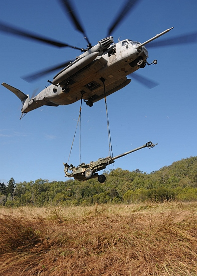 A chinook lifts the M777 ultra-light howitzer