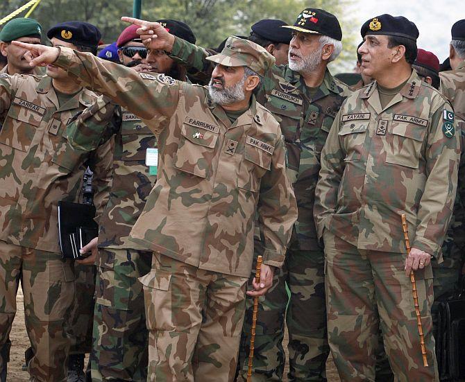 Military officials brief Pakistani Army Chief General Ashfaq Kayani