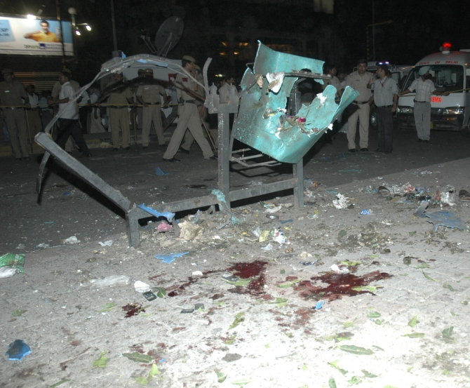 Police inspect the site of a bomb blast at Barakhamba Road near a metro station in New Delhi September 13, 2008.