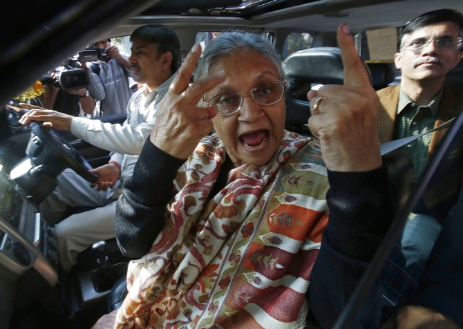 Sonia, Sheila Dikshit cast their vote, Rahul in queue