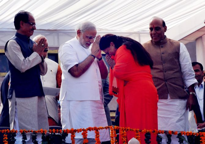 Raje greets Narendra Modi during the ceremony. BJP chief Rajnath Singh and MP CM Shivraj Singh Chouhan are also seen.