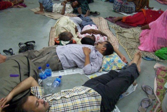 Kejriwal and his aide Manish Sisodia sleeping at a railway platform in New Delhi