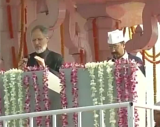 Lieutenant Governor Najeeb Jung administers oath to Kejriwal
