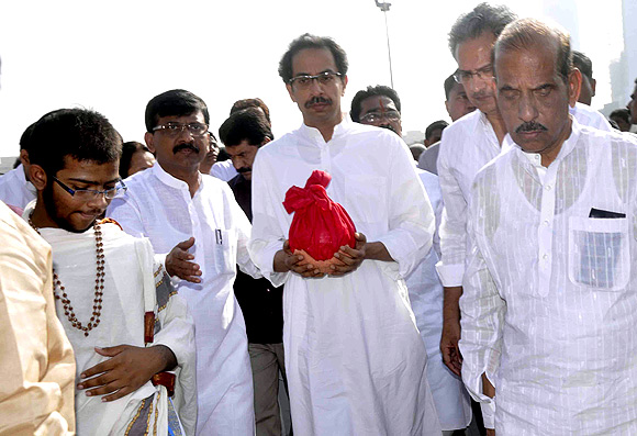 Uddhav Thackeray, accompanied by Manohar Joshi and other Shiv Sainiks, collects the ashes of his late father.