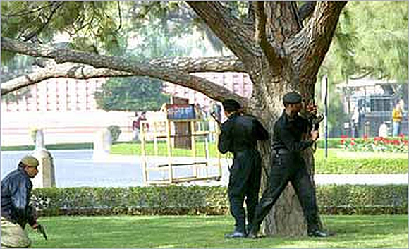 Commandos take up positions outside Parliament House, following the terrorist attack, December 13, 2001.