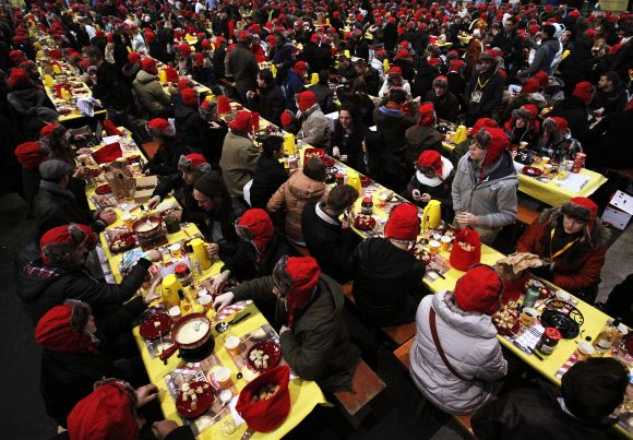 Largest gathering of fondue eaters
