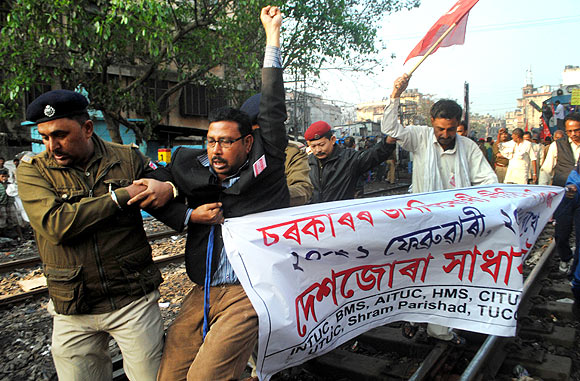 Police evict protestors from railway tracks in Kolkata