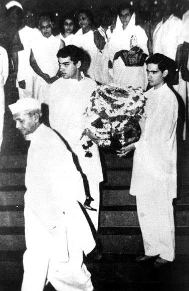 Rajiv and Sanjay Gandhi, accompanied by Indira Gandhi and Lal Bahadur Shastri, carry the ashes of their grandfather, Jawaharlal Nehru.