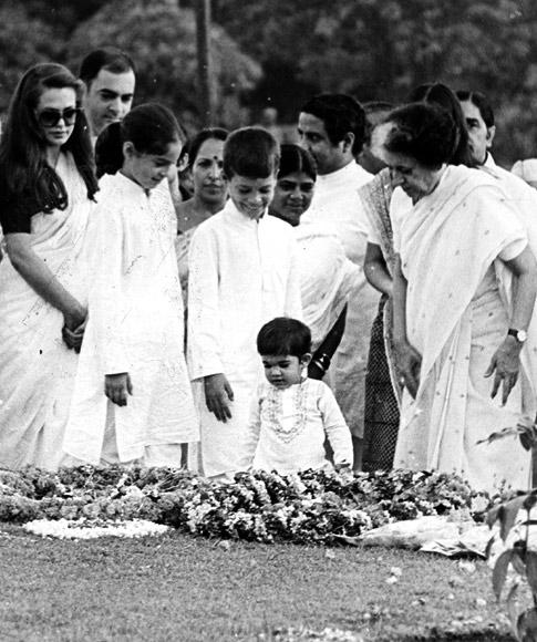 Indira Gandhi with Rajiv, Sonia, Priyanka, Rahul and Varun visit Sanjay Gandhi's samadhi.