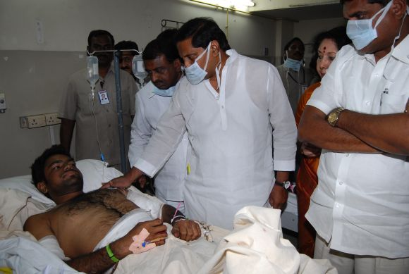 CM Kiran Kumar Reddy speaking to the injured victims of the twin blasts at a Hyderabad hospital on Friday
