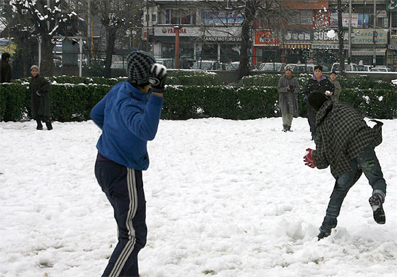 Heavy snow brings Kashmir to halt, power supply cut