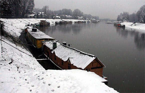 Heavy snow brings Kashmir to halt, power supply cut