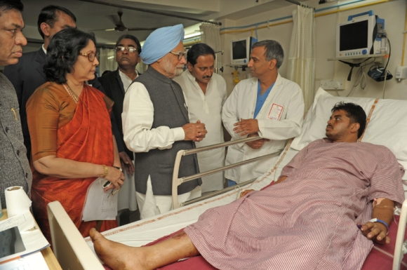 Dr Singh visits blast victims at the hospital