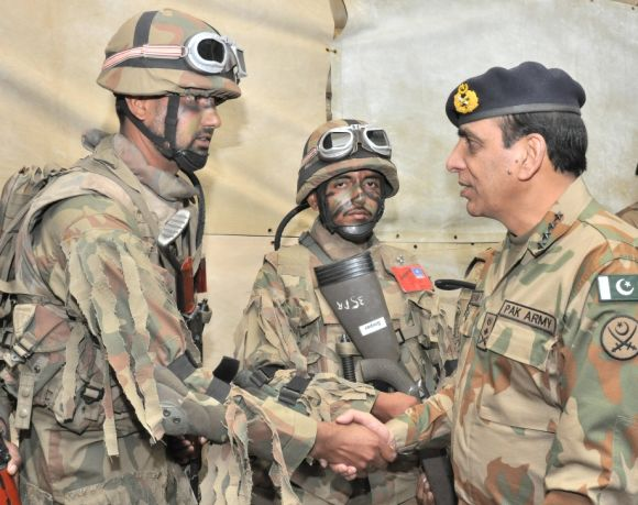 Pakistan army chief General Ashfaq Kayani, right, with soldiers.
