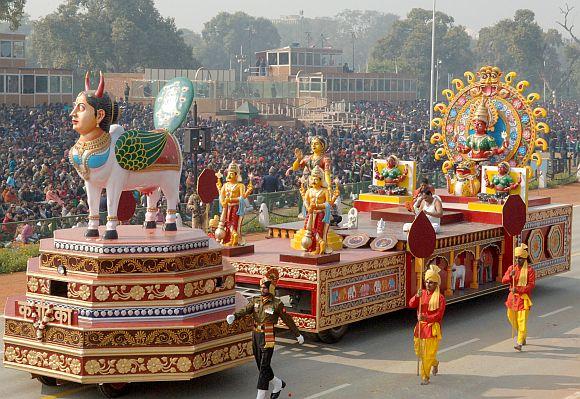The tableau of Karnataka on the theme 'Kinnal : An Immortal Colour Craft'