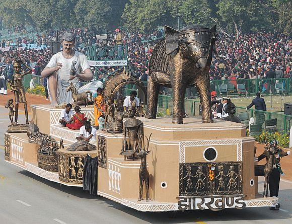 The tableau of Jharkhand on the theme 'Dokara Art'