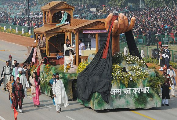 The tableau of Jammu & Kashmir on the theme 'Pashmina: Linking Tradition with Technology'