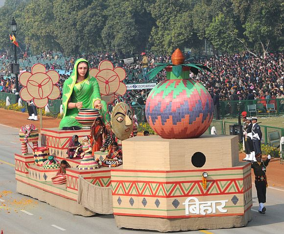The tableau of Bihar on the theme 'Sikki Grass Craft of Bihar'